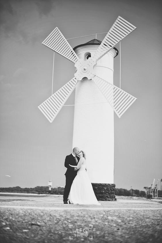 wiatrak, wydmy, morze, para młoda
