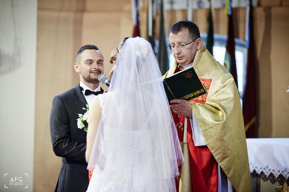ksiądz, para młoda, przysięga małżeńska