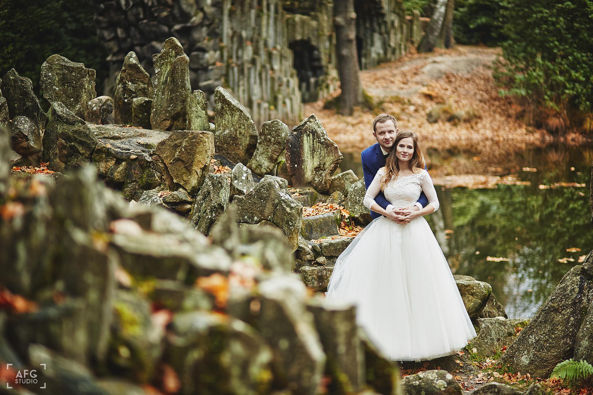 skały, para młoda, suknia ślubna