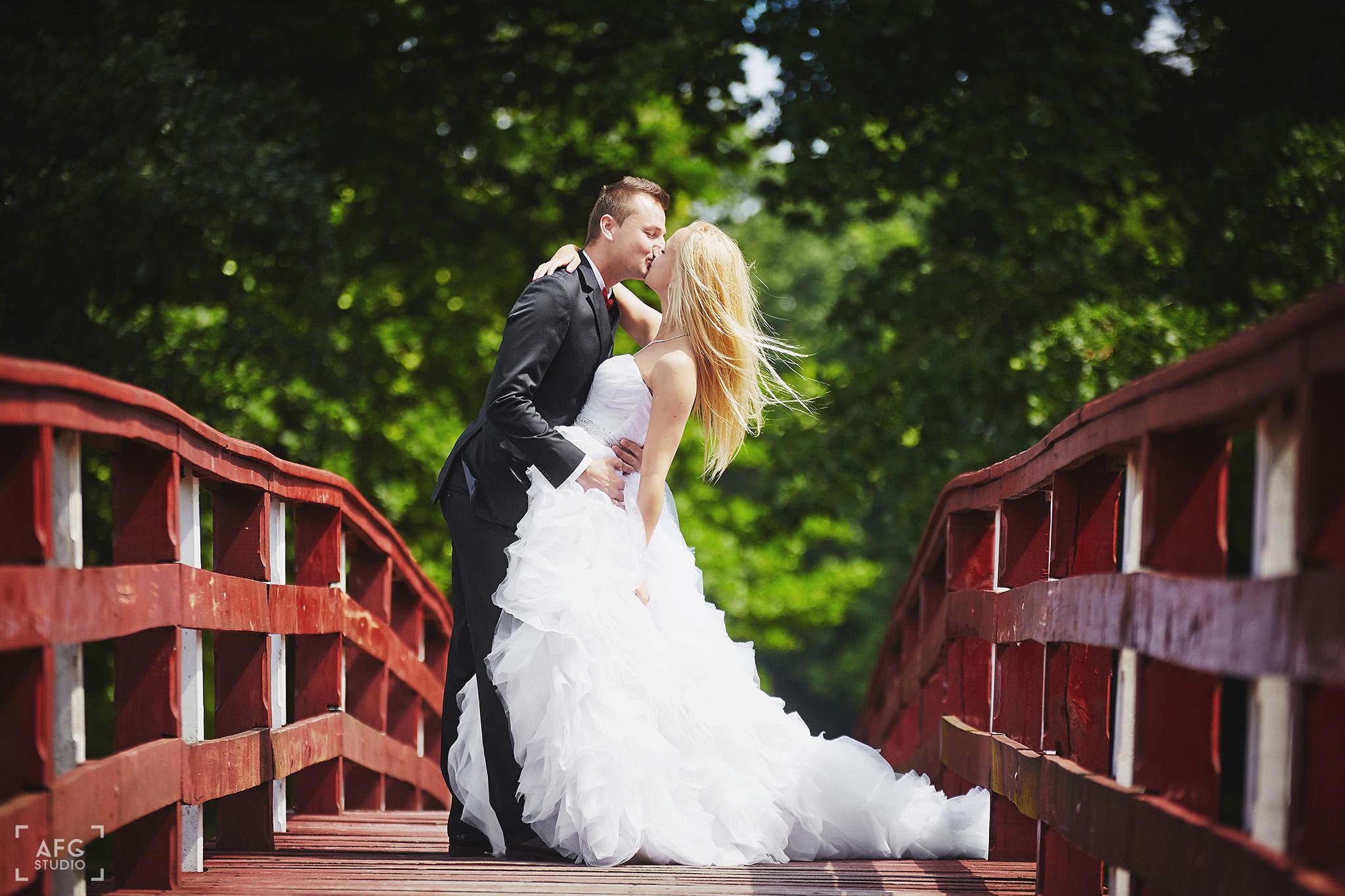 most, suknie, pocałunek