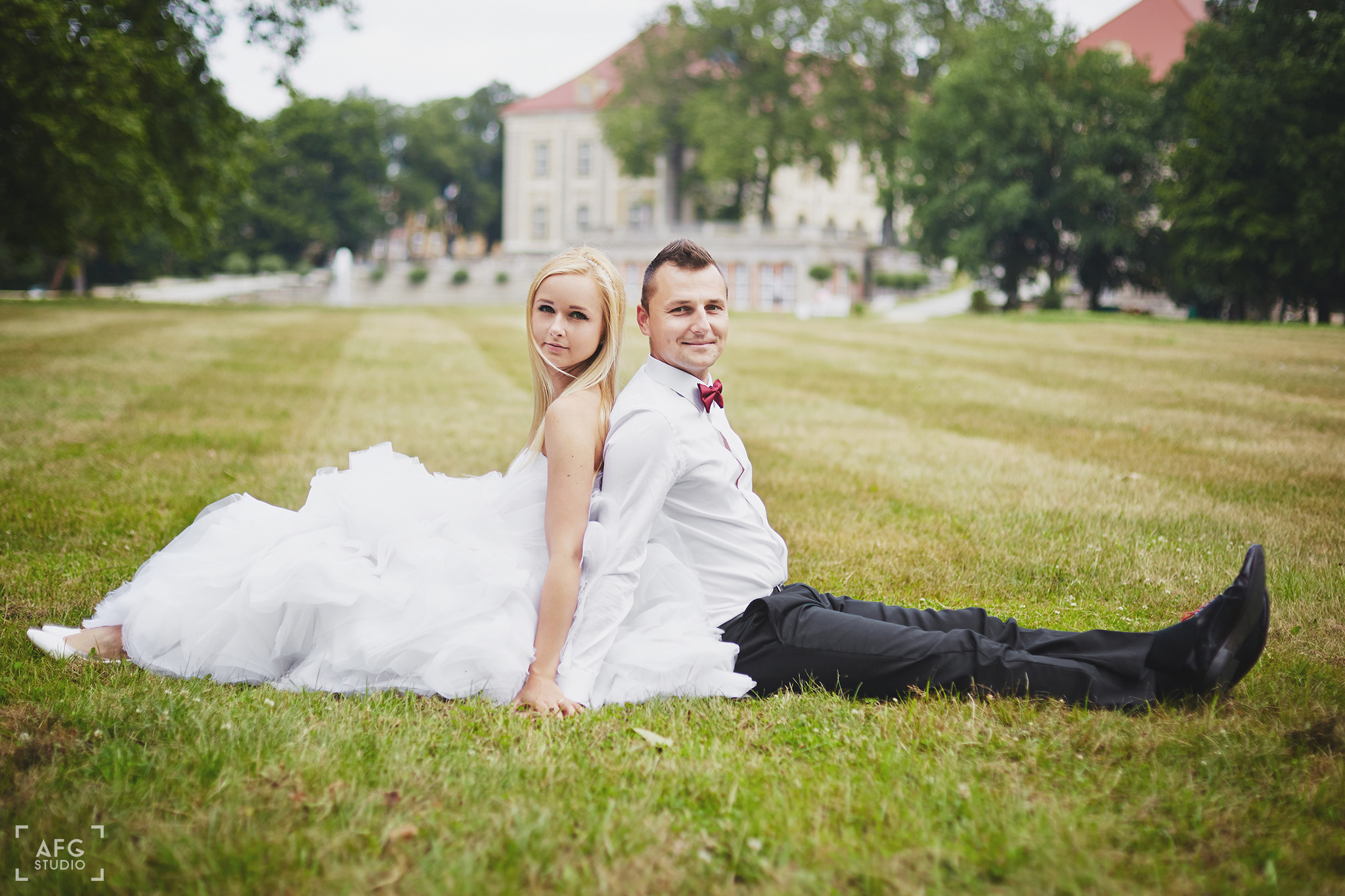 pałac, trawa, młoda para