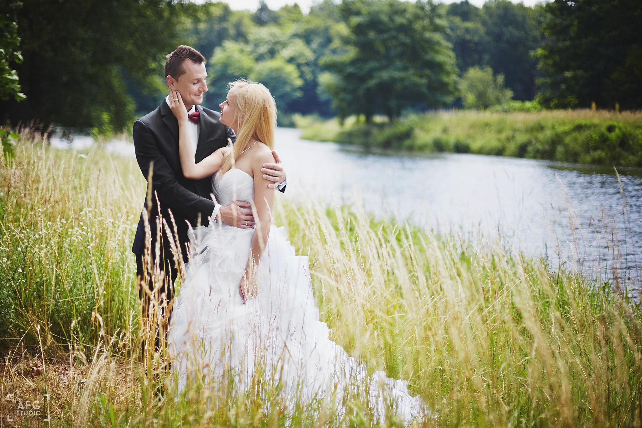 rzeka, łąka, młoda para