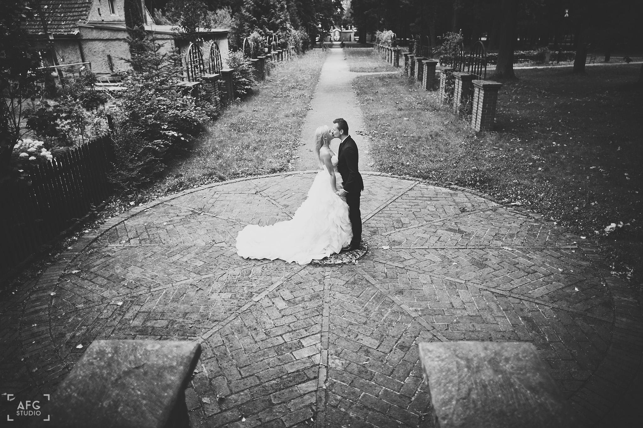 pocałunek, Park w Iłowej,suknia ślubna