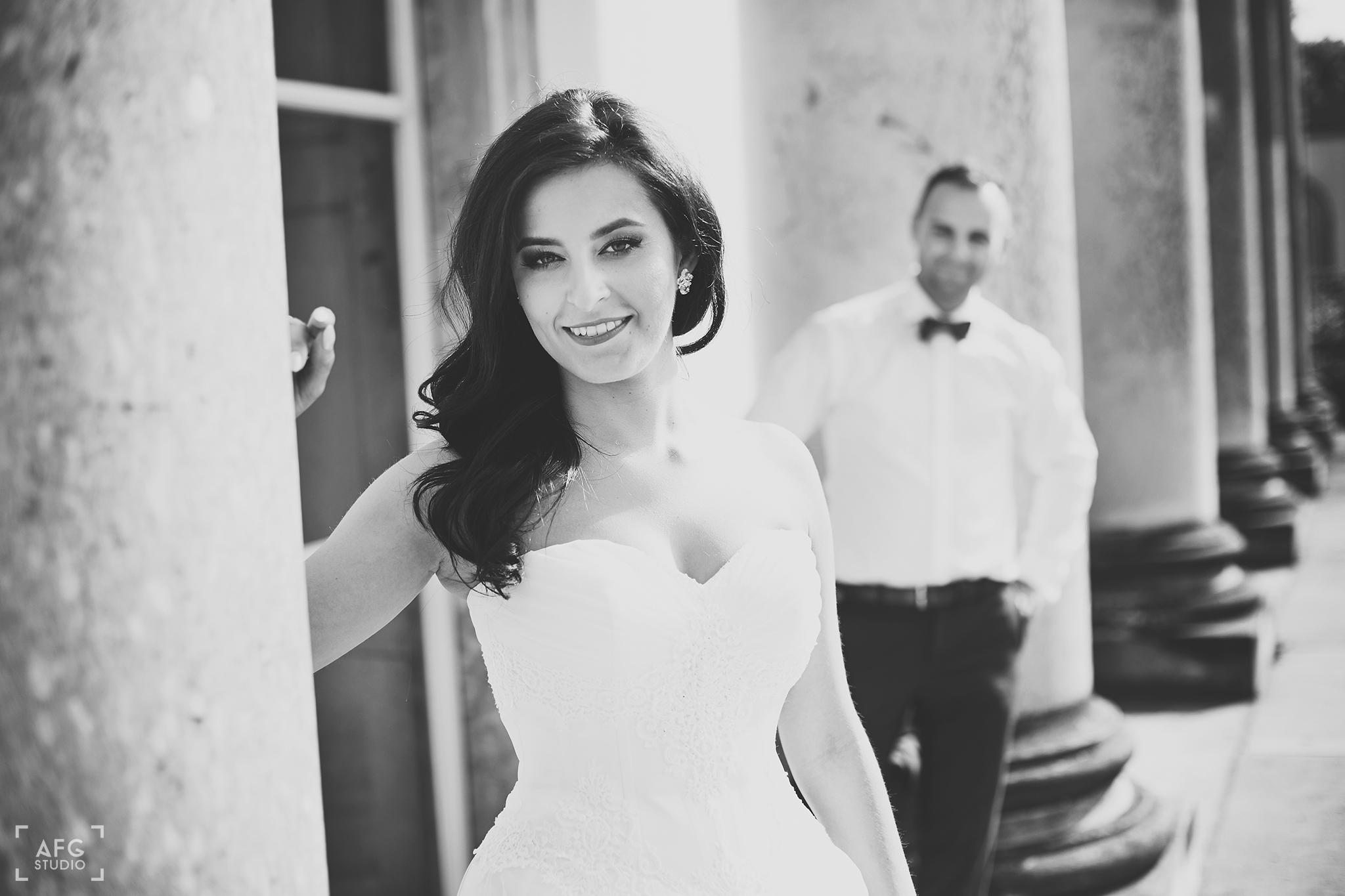 pani młoda, kolumna, suknia ślubna