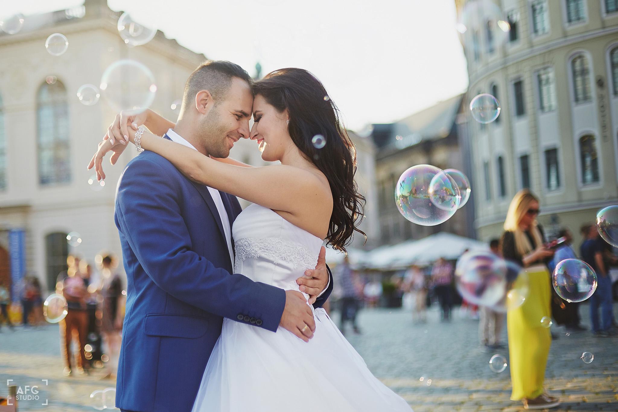 nowożeńcy, bańki mydlane, rynek