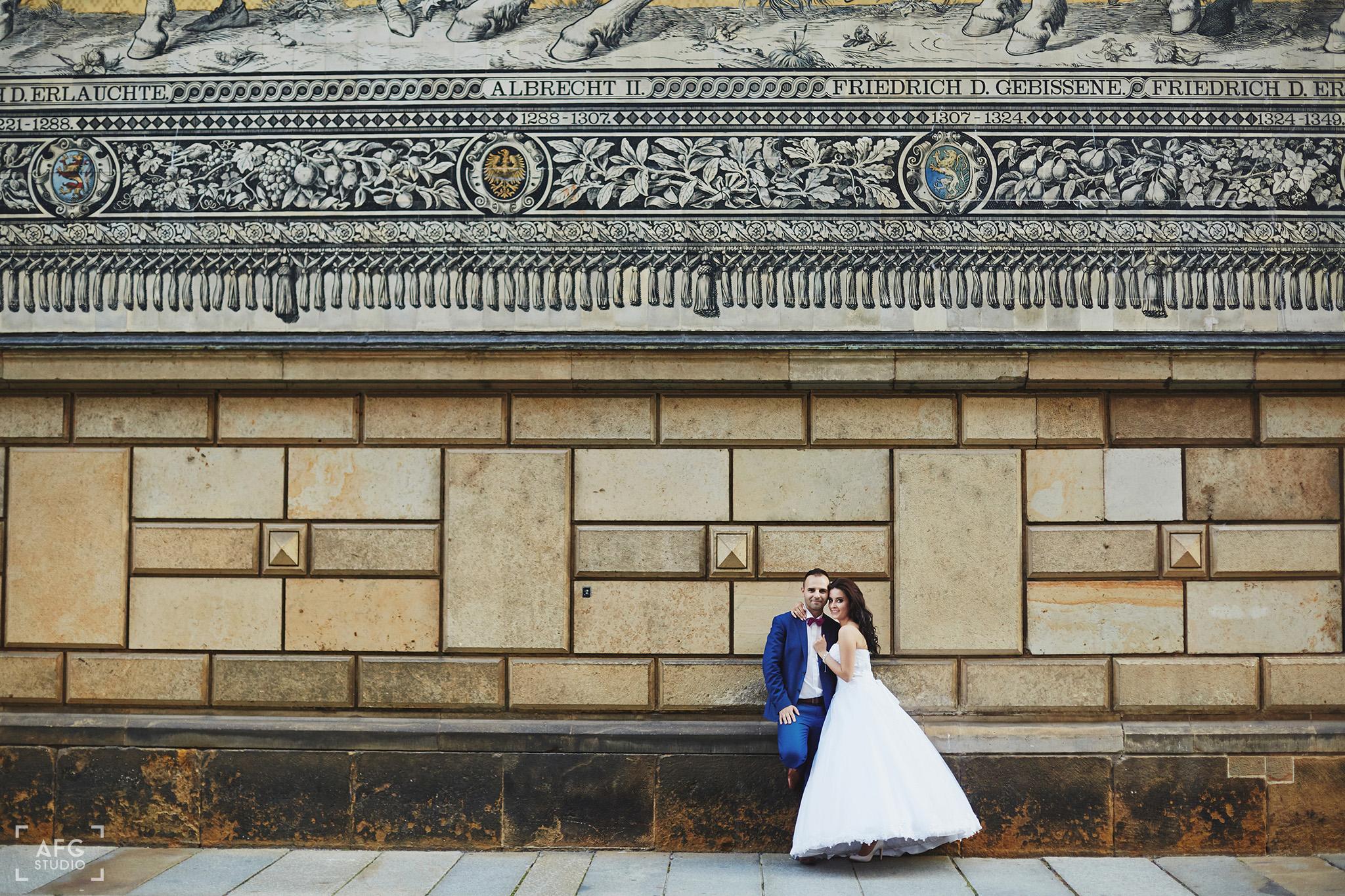 nowożeńcy, uśmiech, ściana