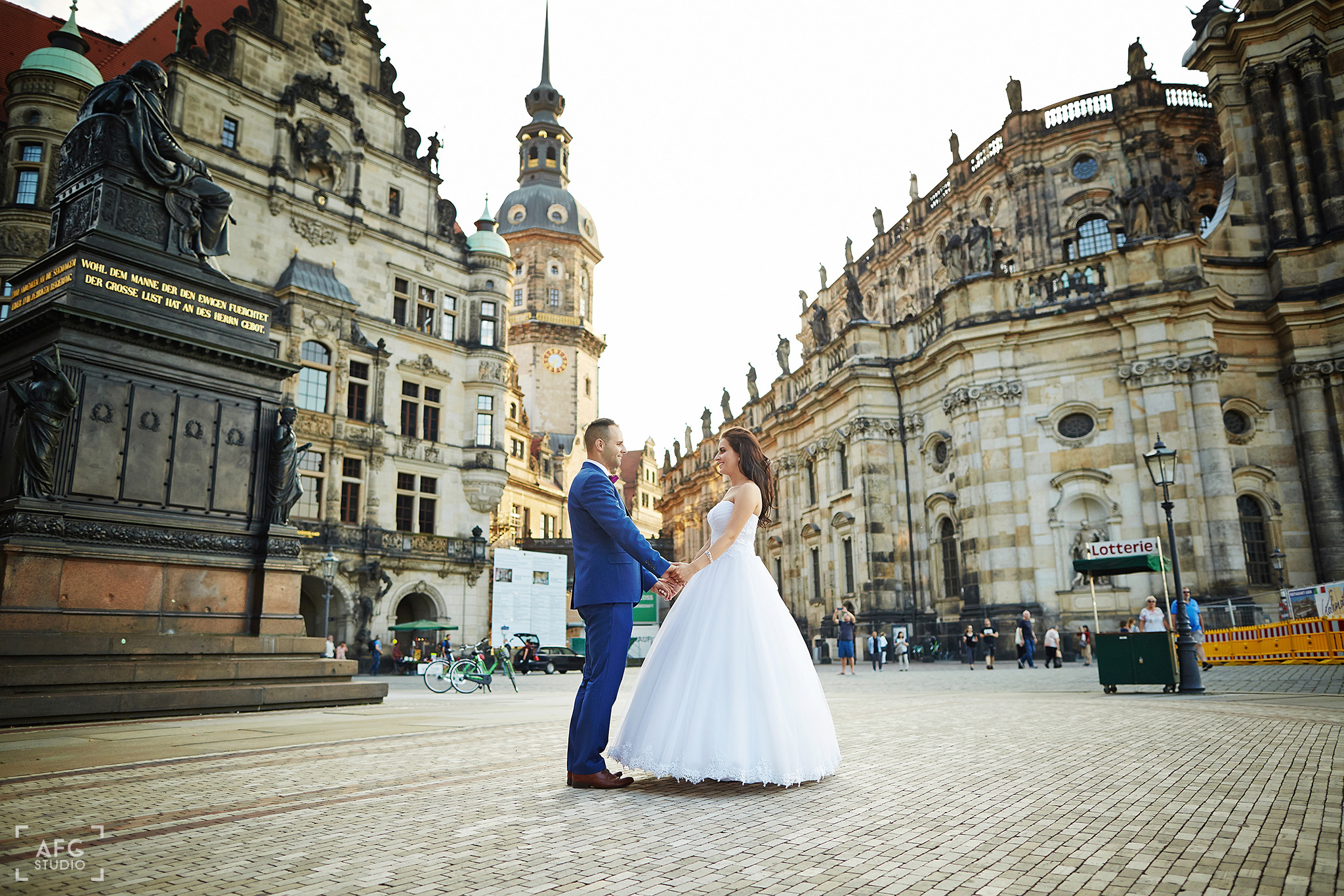 wieża, para młoda, suknia ślubna