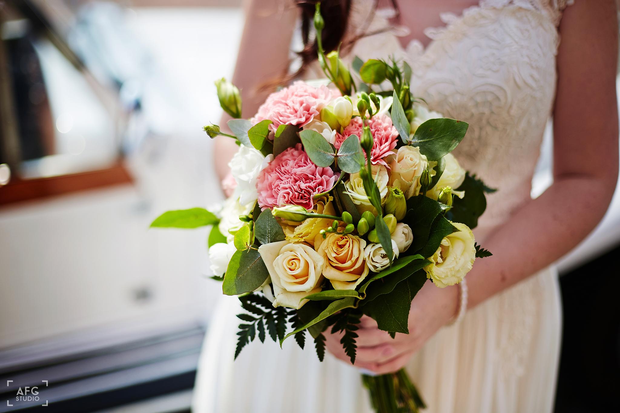 bukiet ślubny, panna młoda, suknia ślubna