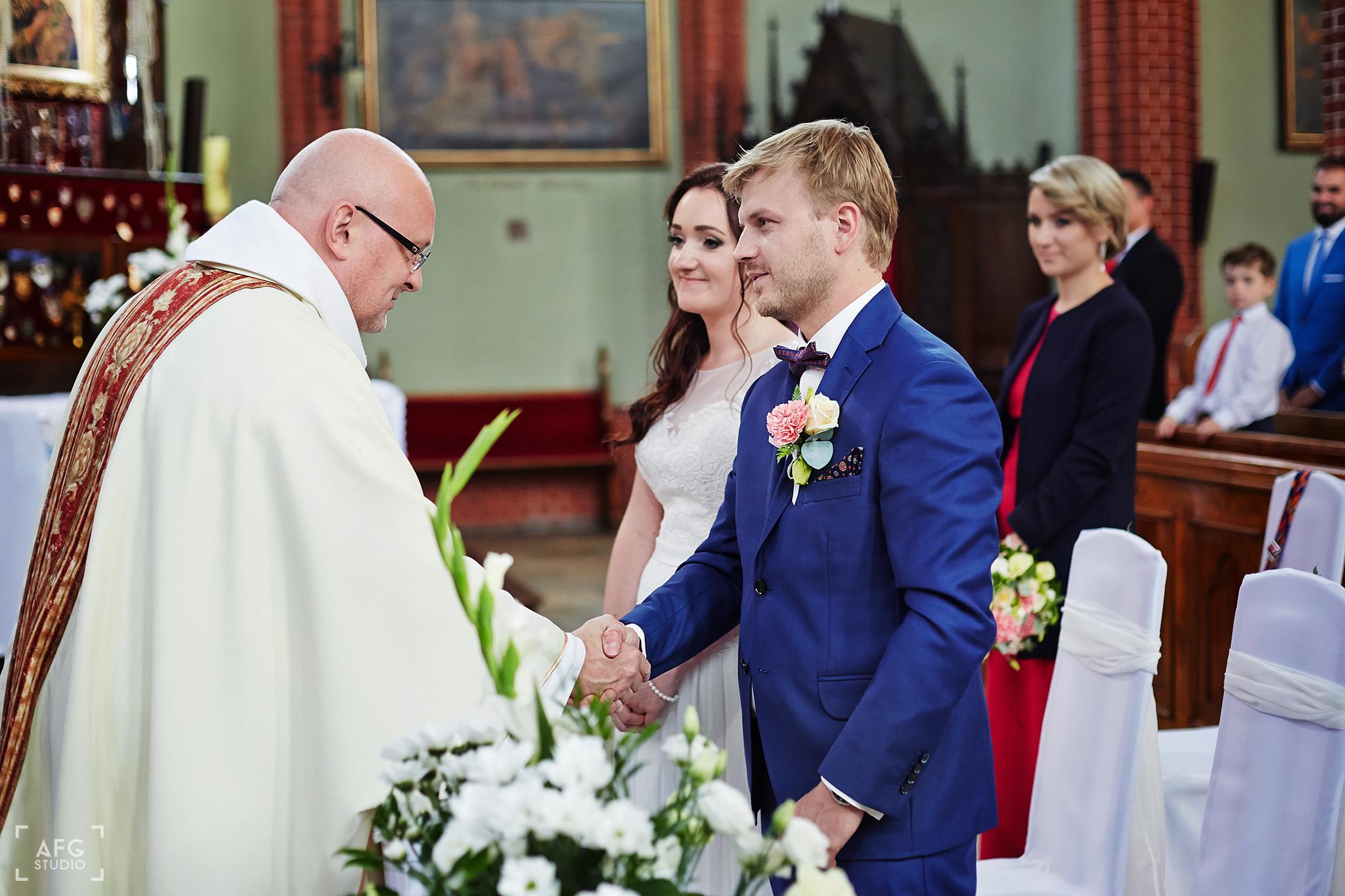para młoda, ślub, ksiądz