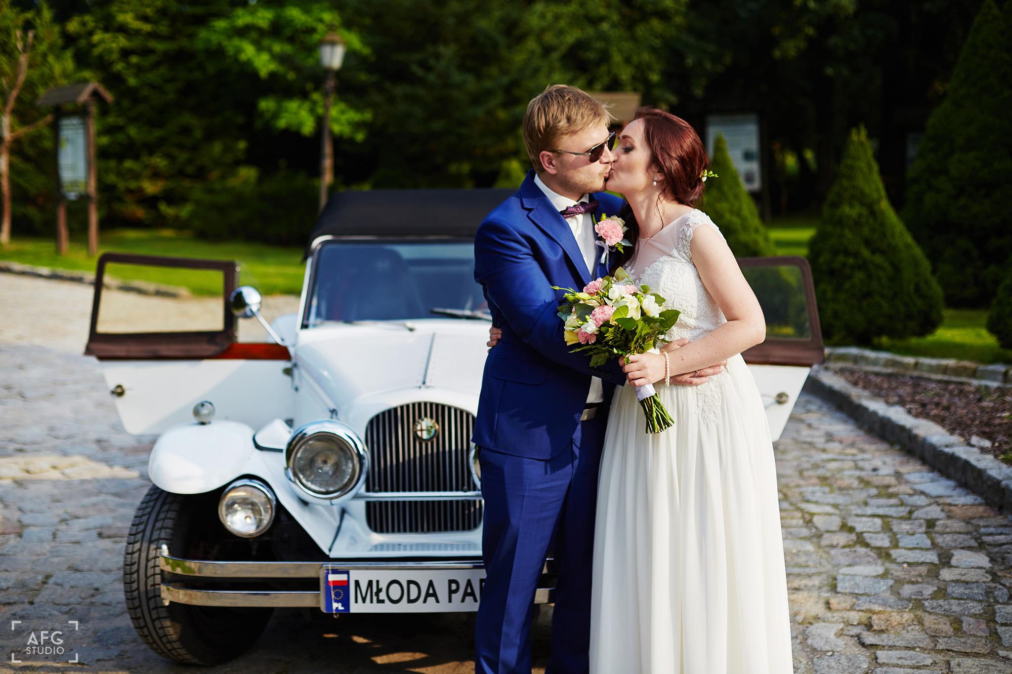 pocałunek, samochód ślubny, para młoda