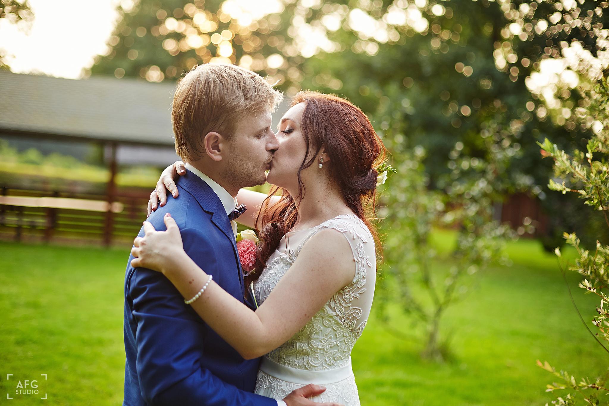 pocałunek, miłość, ogród