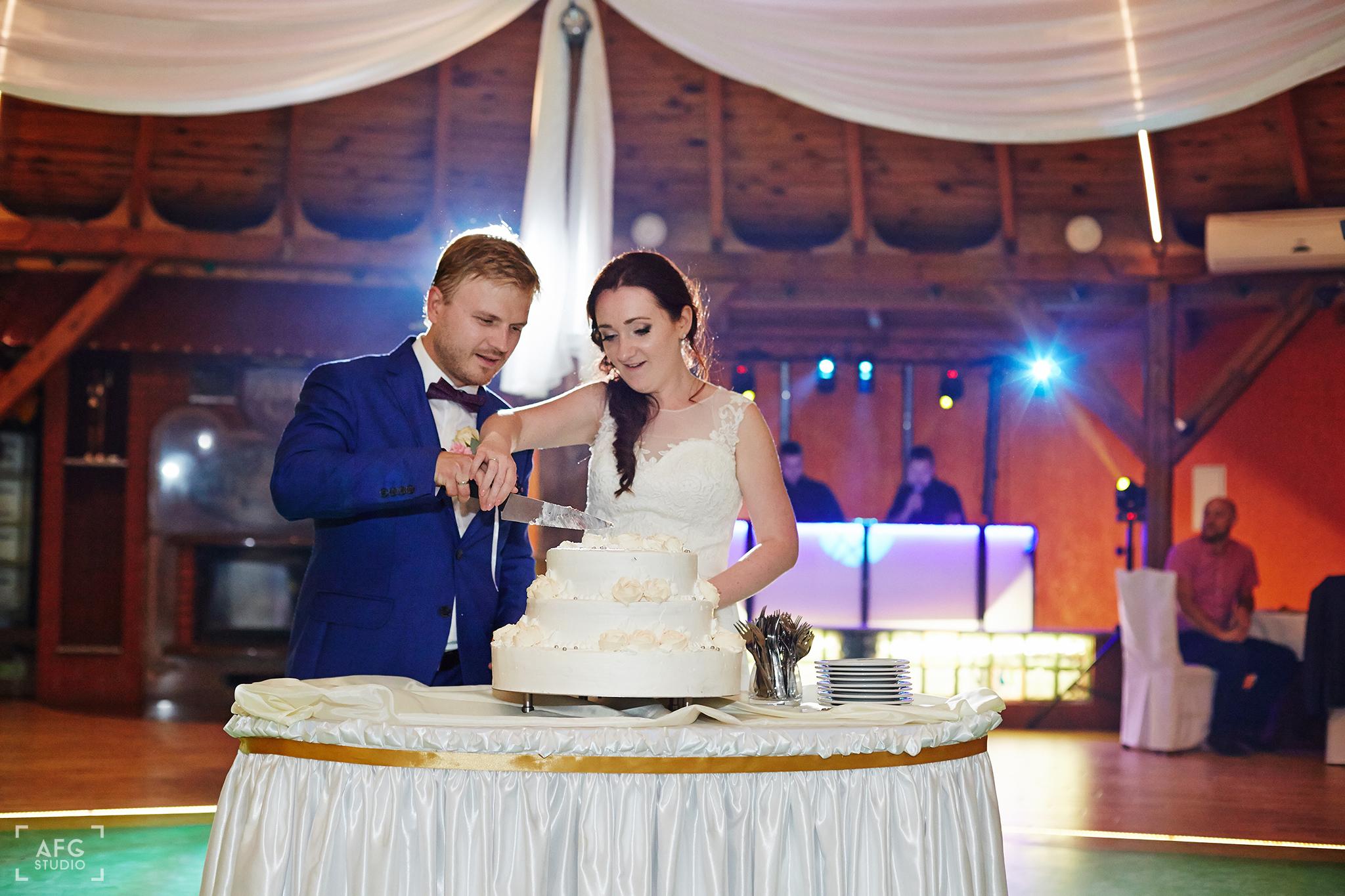 tort weselny, suknia ślubna, para młoda