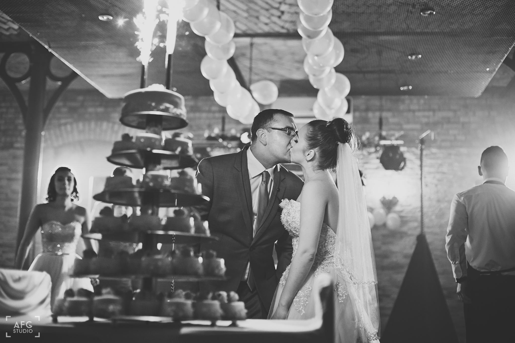 tort weselny, pocałunek przy torcie