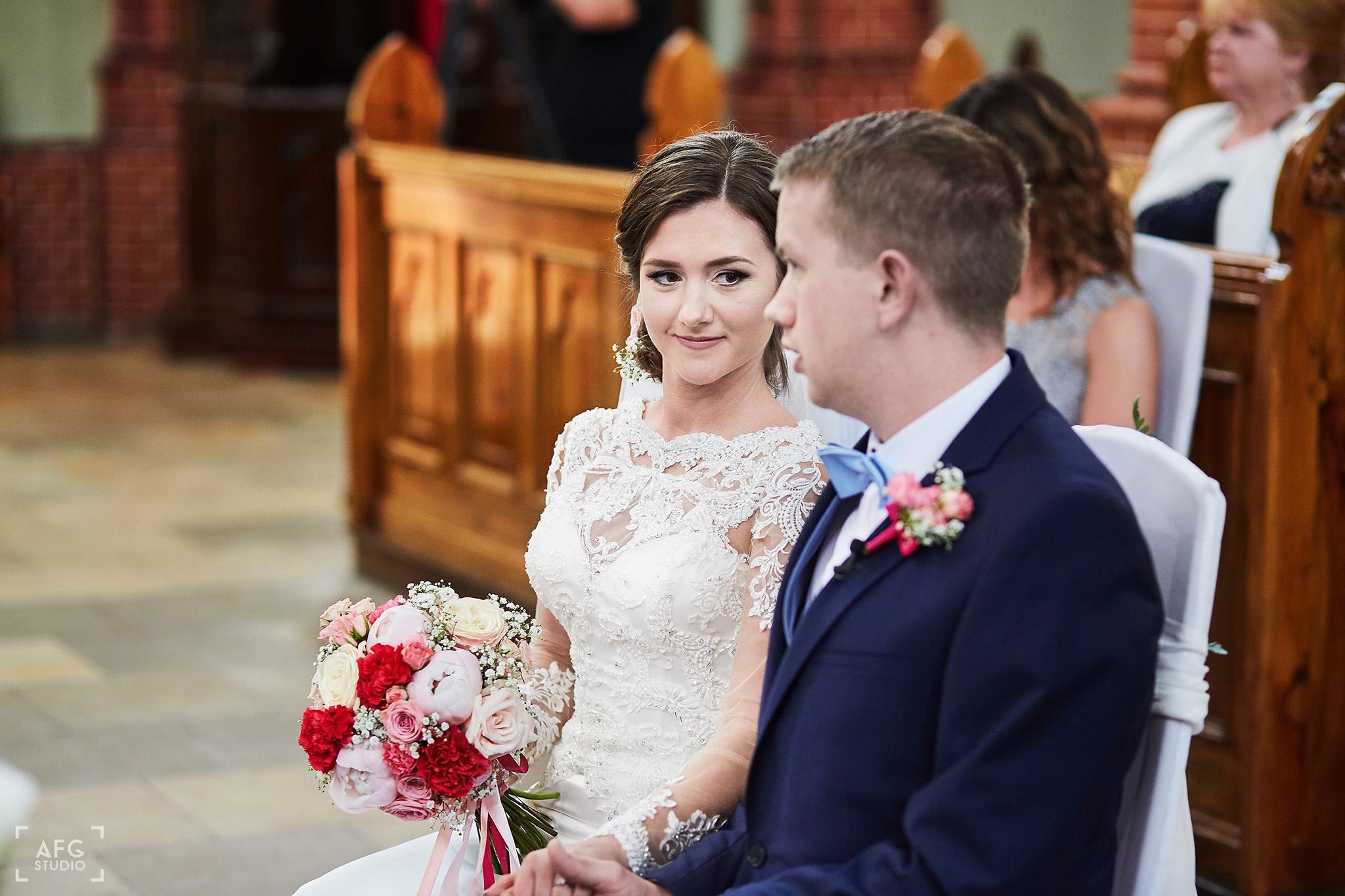 małżeństwo, bukiet ślubny, kościół