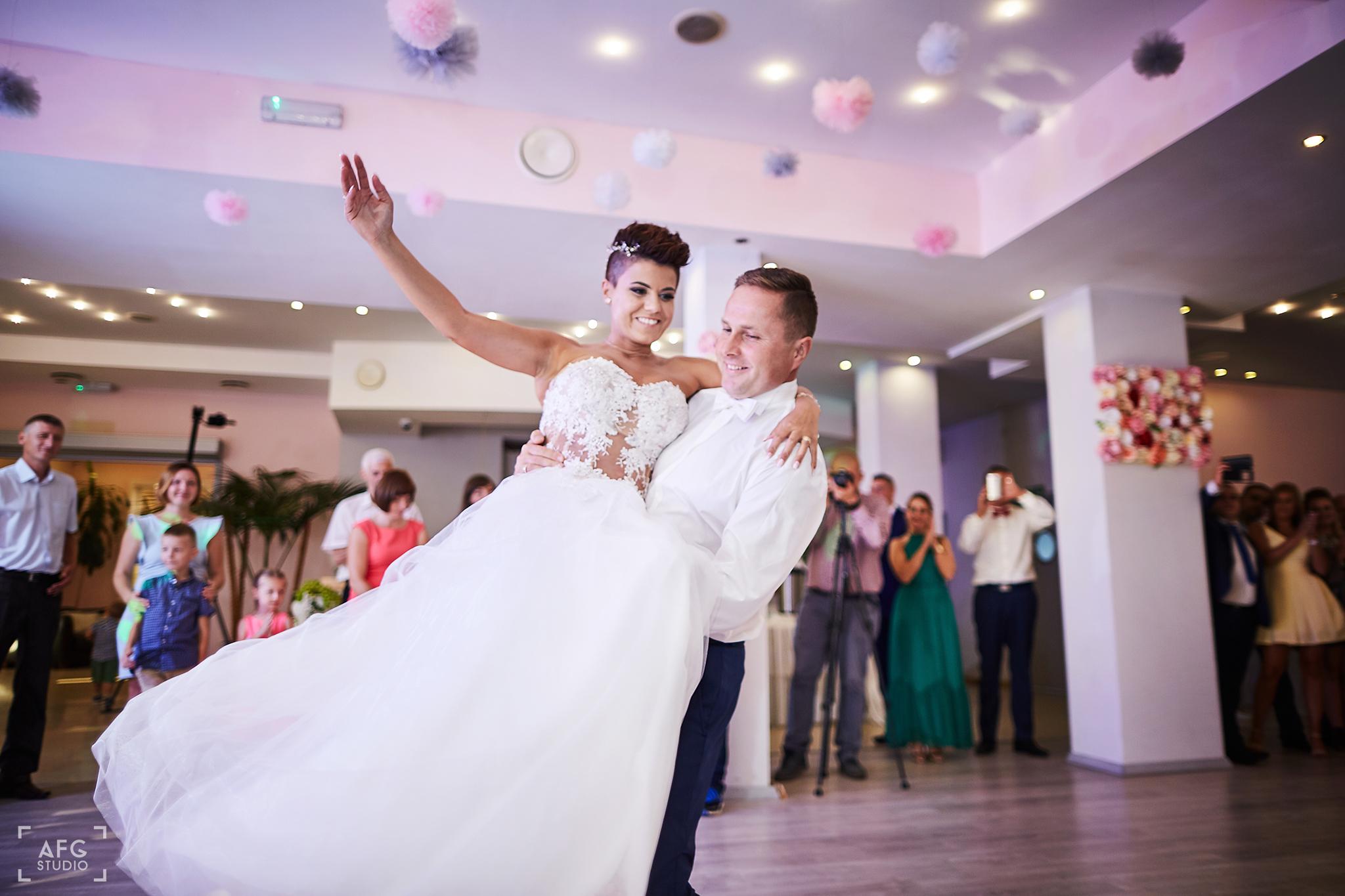 pierwszy taniec, para młoda, małżeństwo