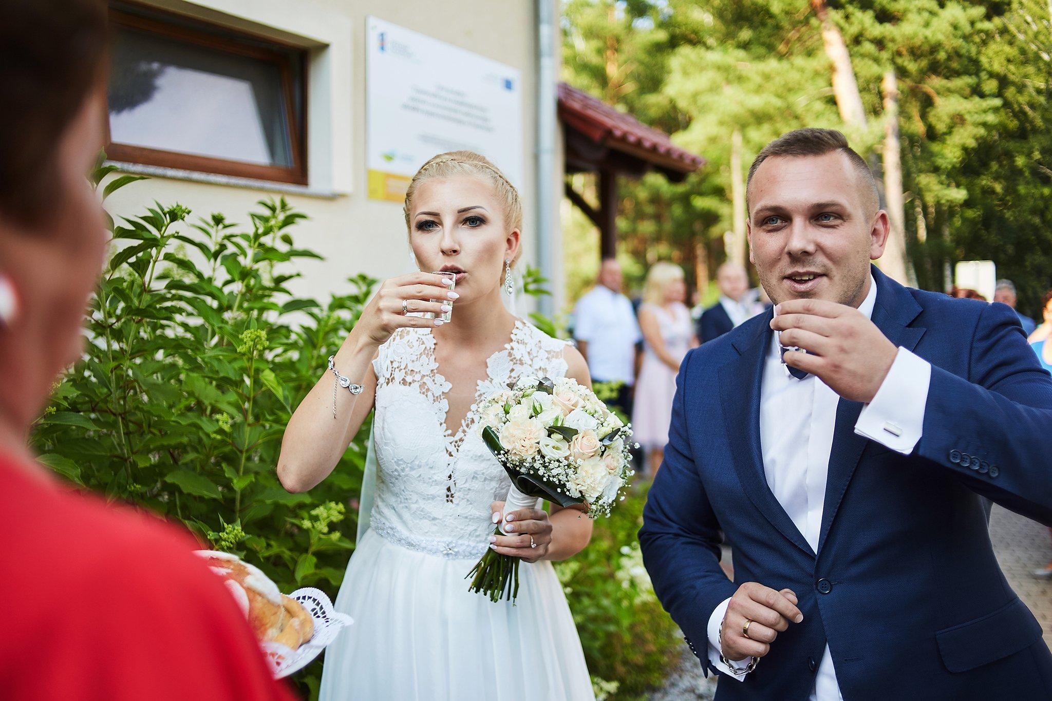 kieliszek, para młoda, suknia ślubna