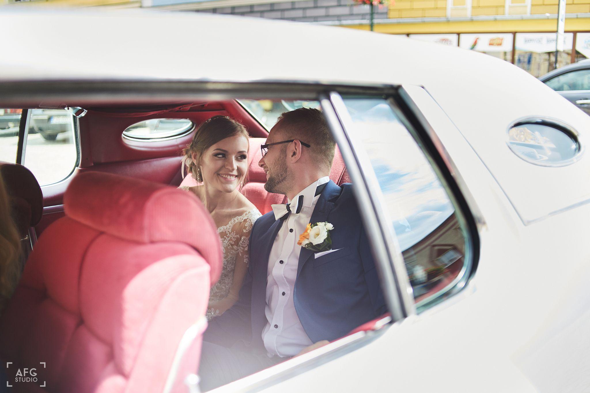 para młoda, samochód ślubny, uśmiech