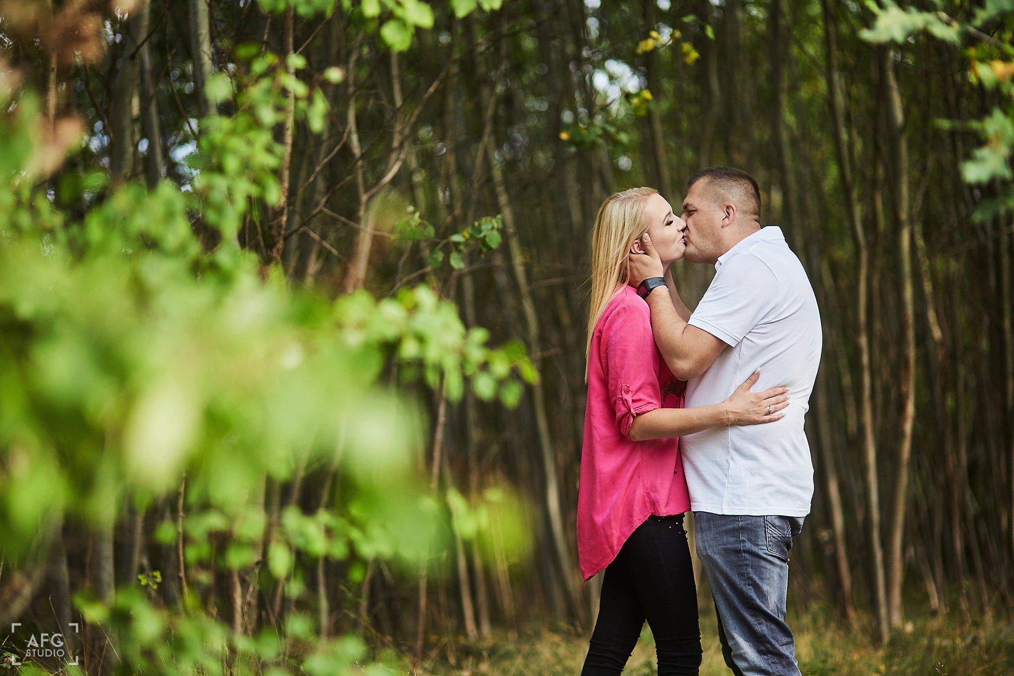pocałunek, miłość, las,
