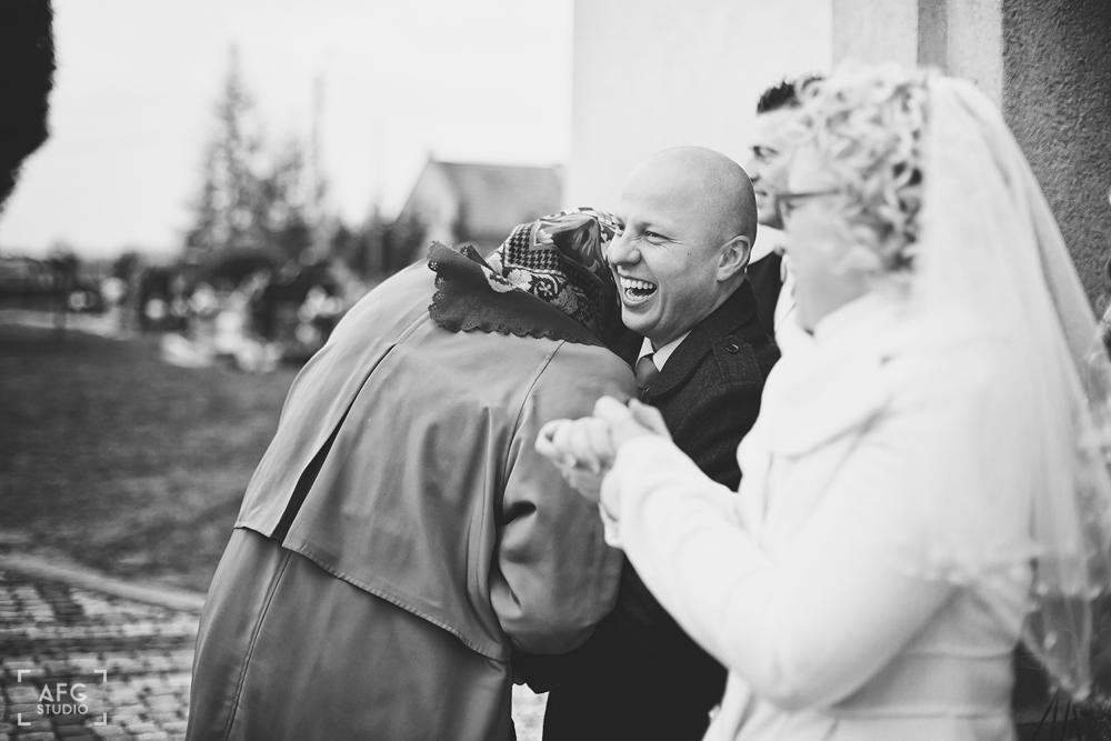 goście weselni, para młoda, kościół