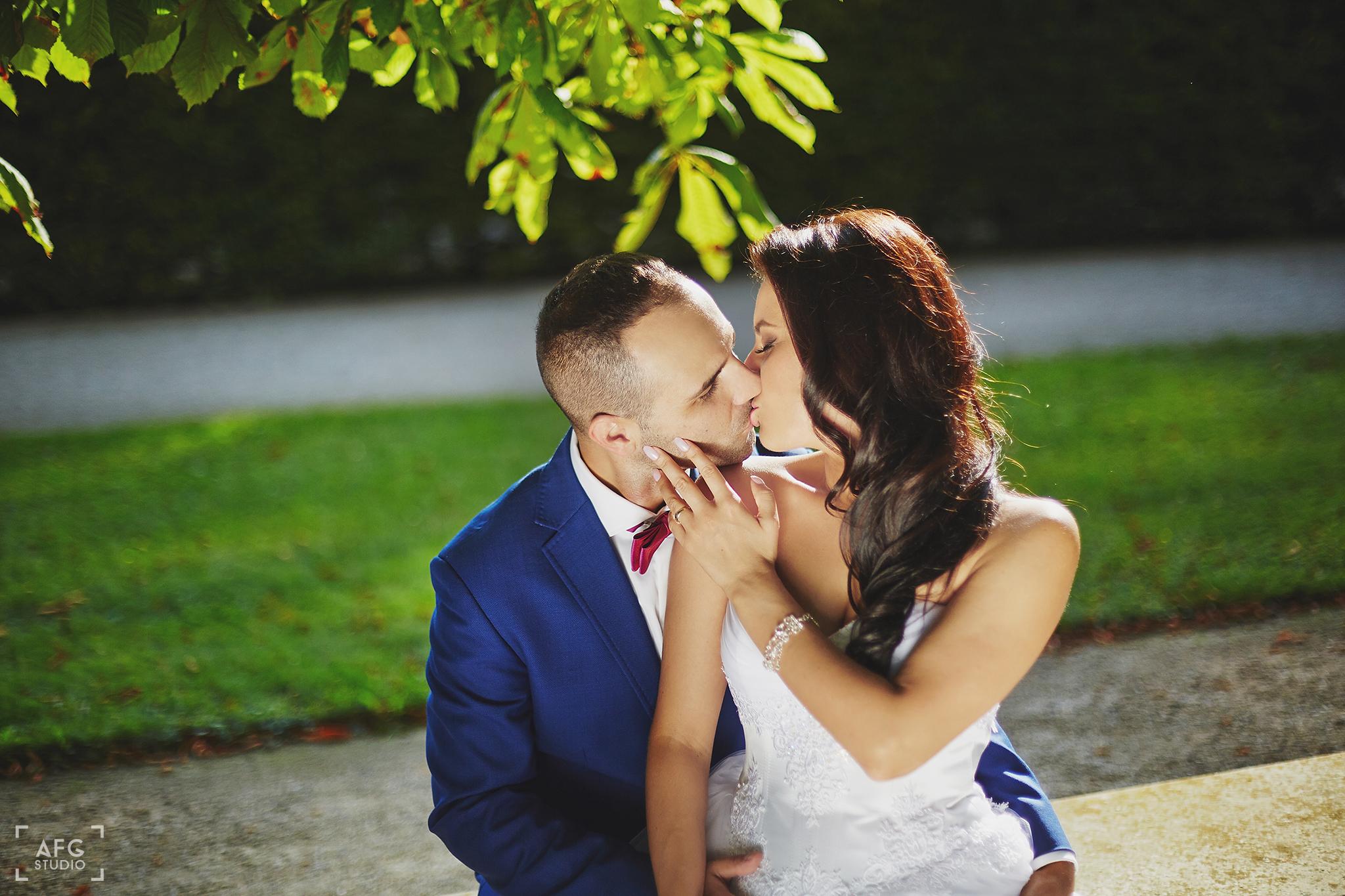 pocałunek, para młoda, suknia ślubna