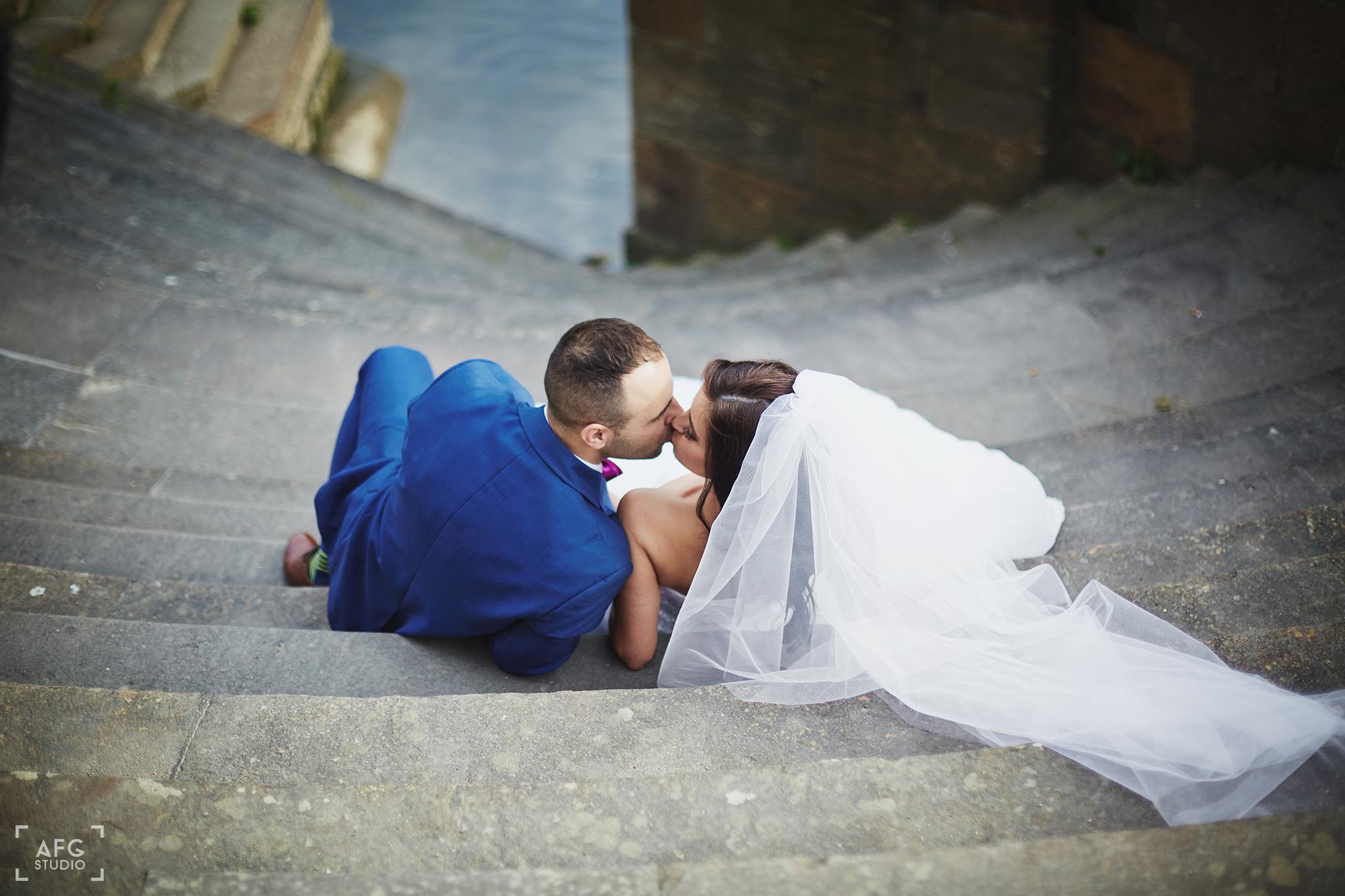pocałunek, schody, suknia ślubna
