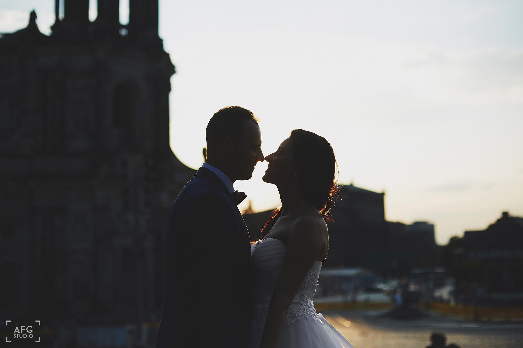młoda para, zamek, zachód słońca