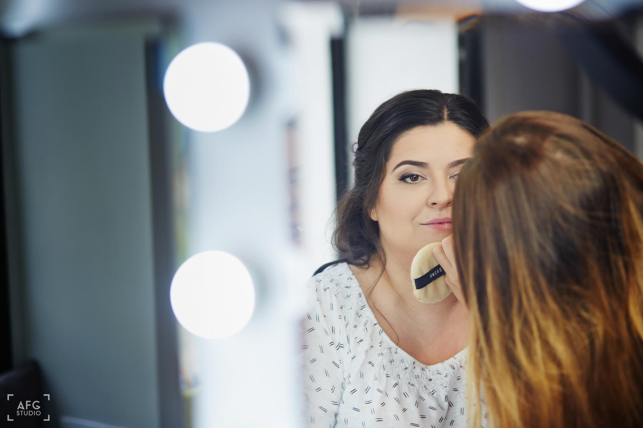 makijaż ślubny, kosmetyczka, lustro