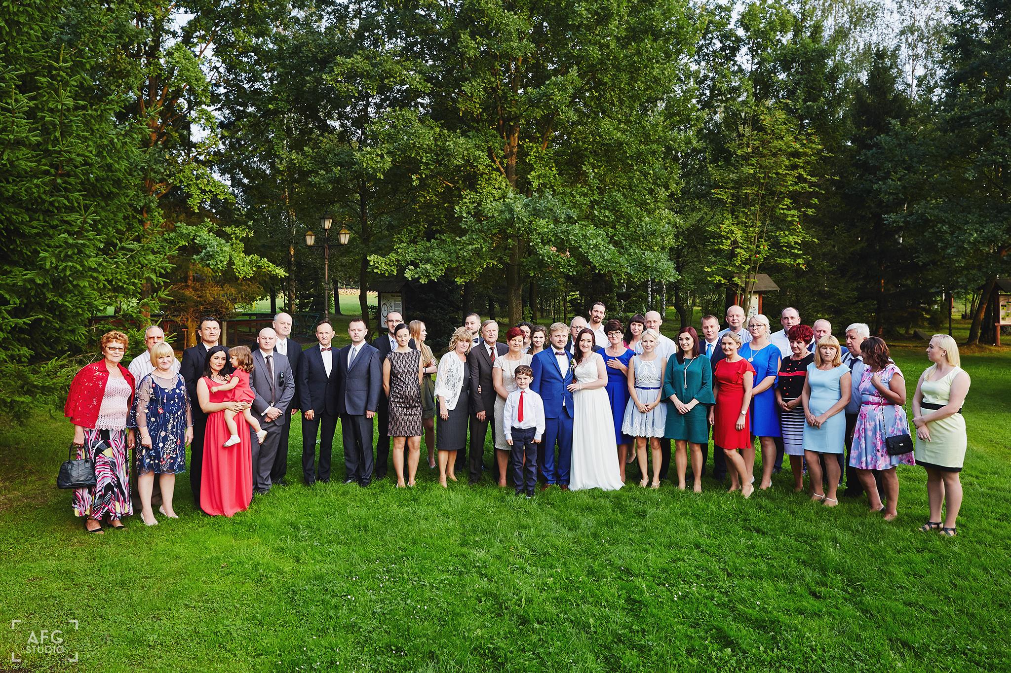 goście weselni, zdjęcie grupowe, para młoda