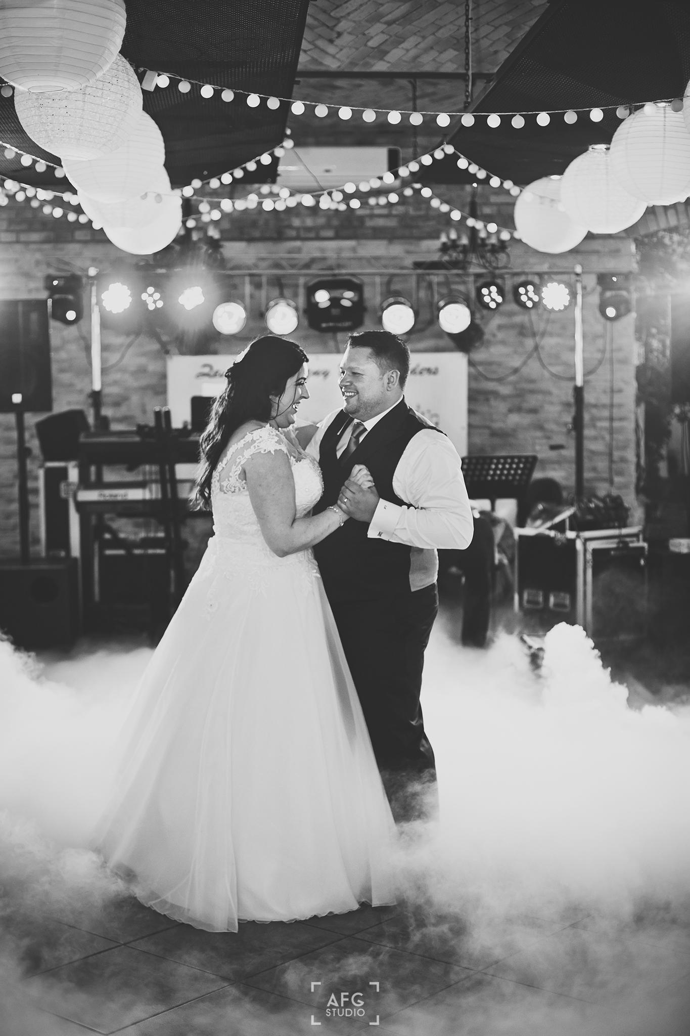 pierwszy taniec, ciężki dym, światła