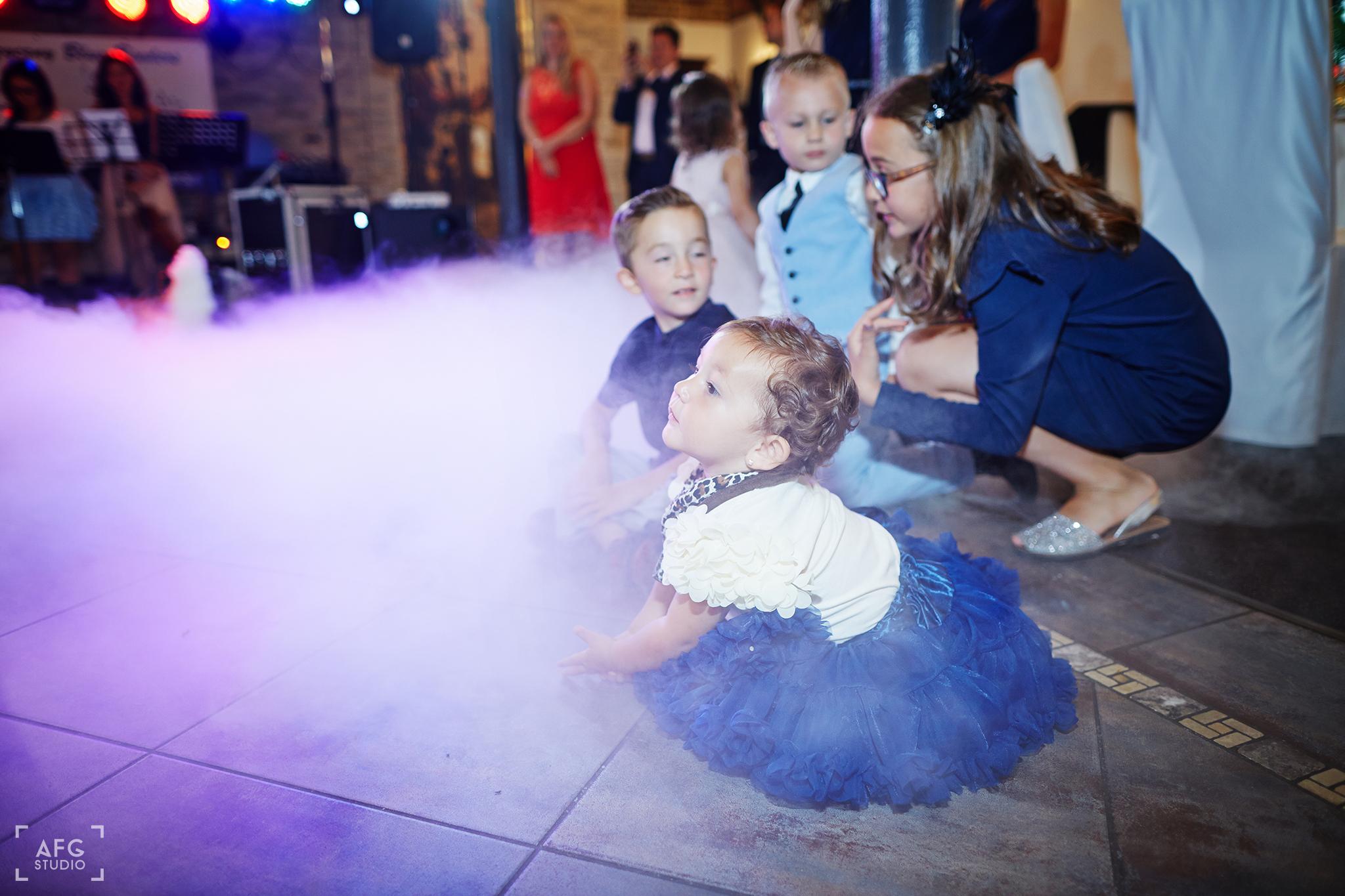 pierwszy taniec, ciężki dym,dzieci