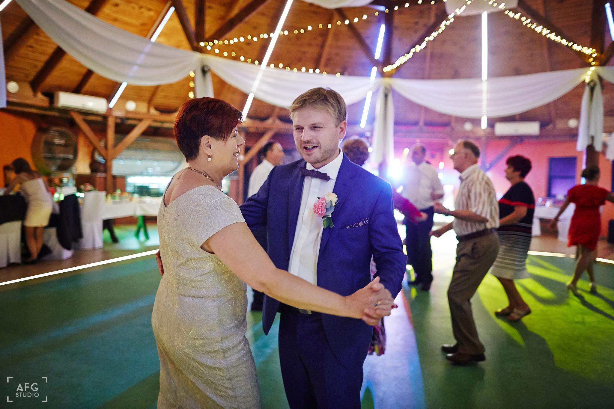 taniec, dekoracje weselne, garnitur
