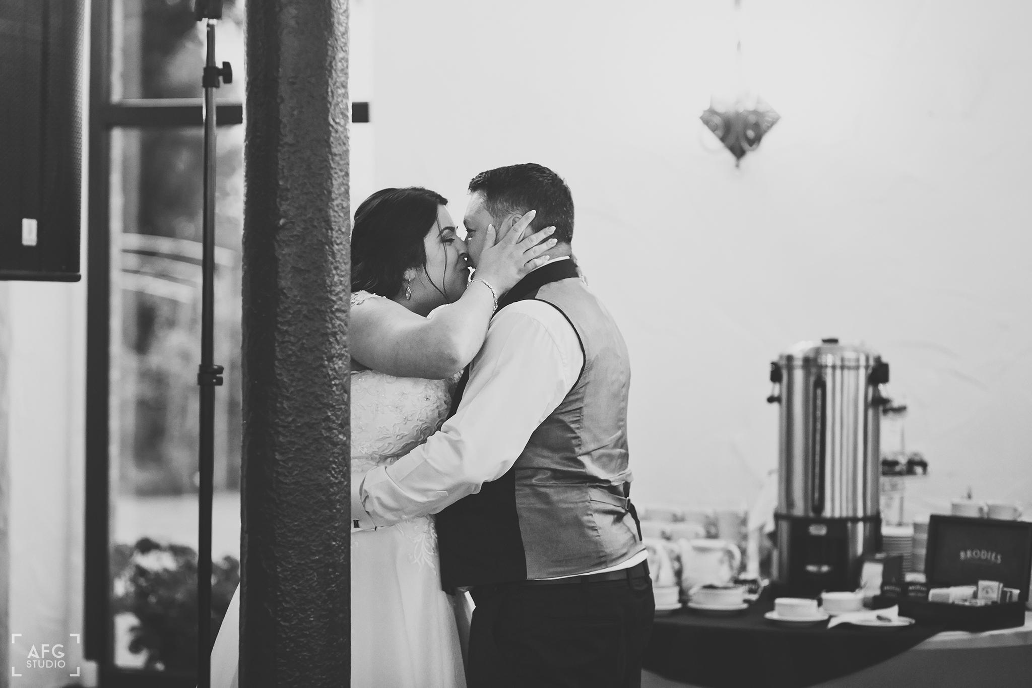 pocałunek, nowozeńcy, wesele