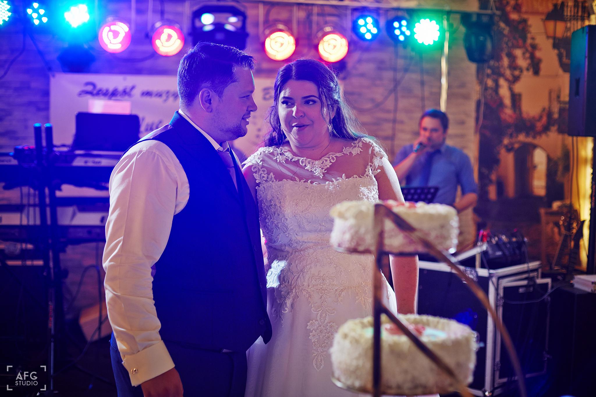 tort, weselny, nowożeńcy