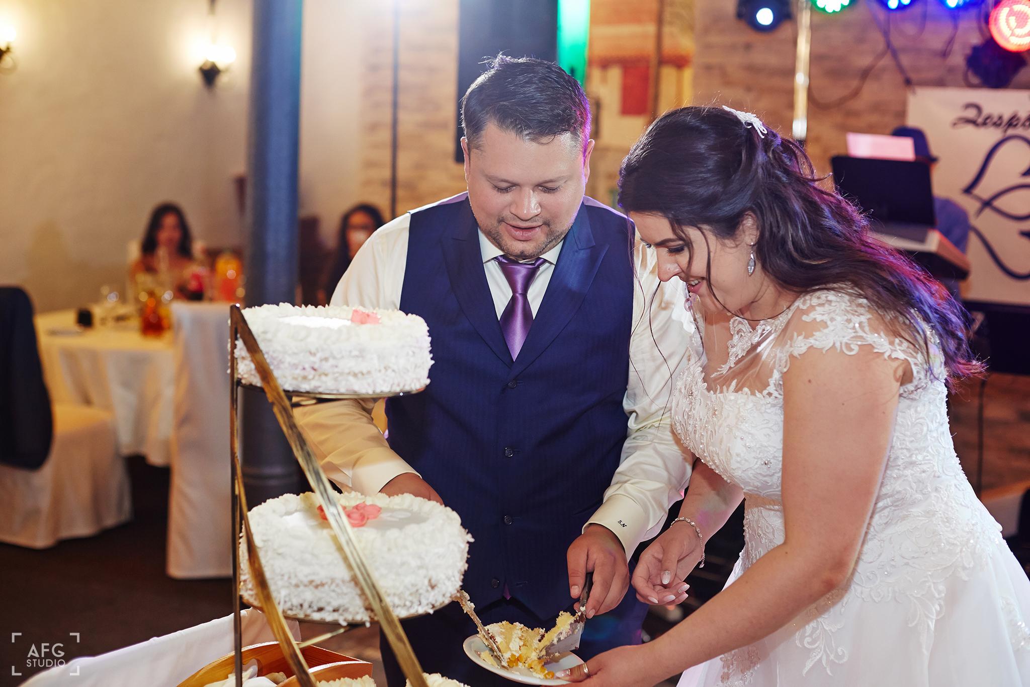 tort weselny, nowozeńcy
