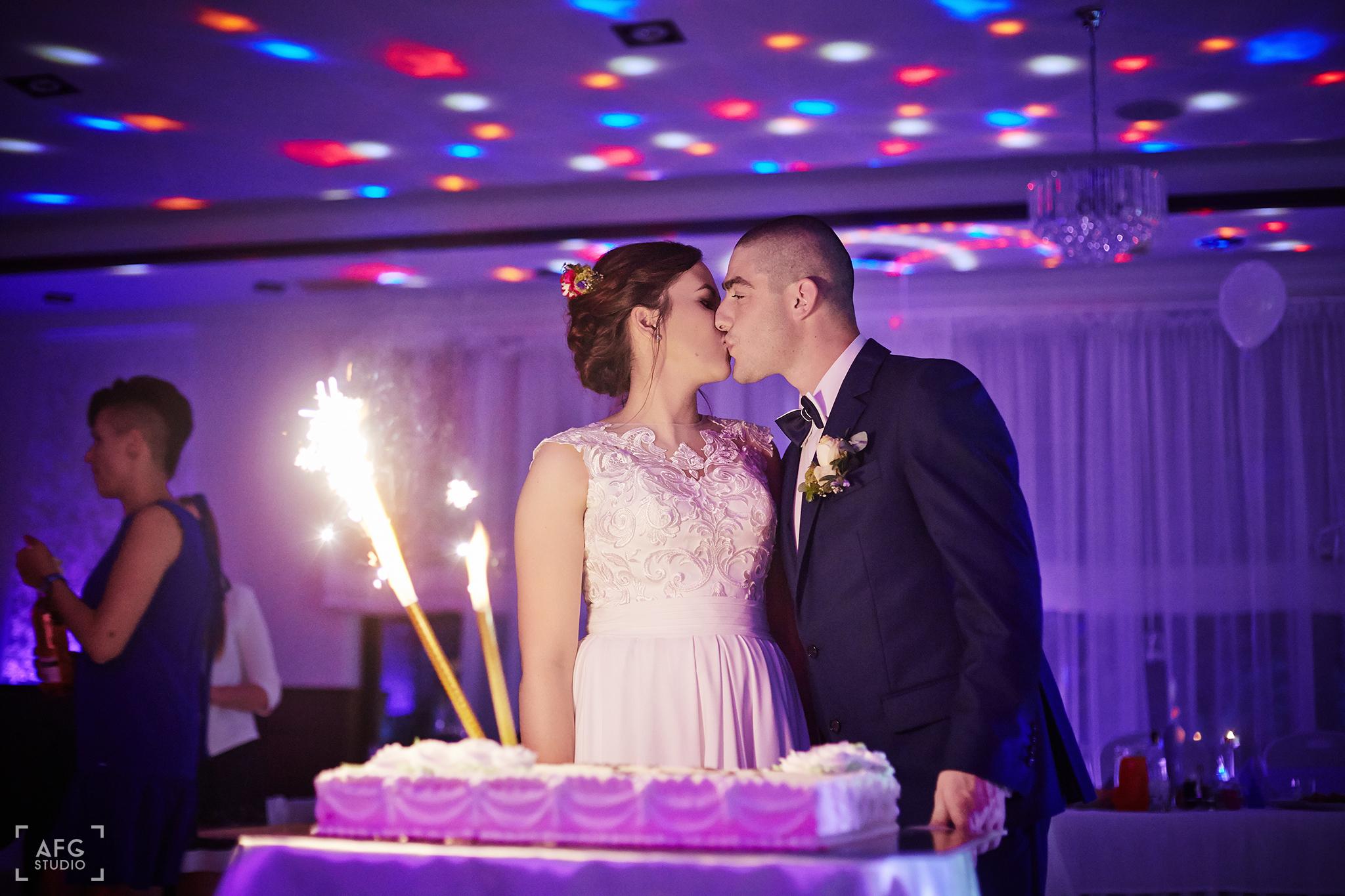 tort weselny, młoda para, pocałunek