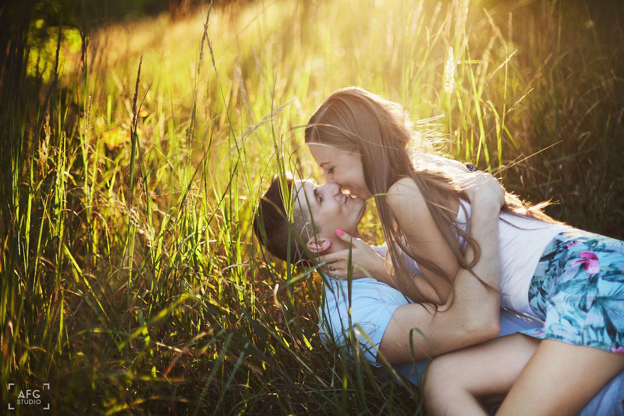 pocałunek, trawa, słońce, las, miłość