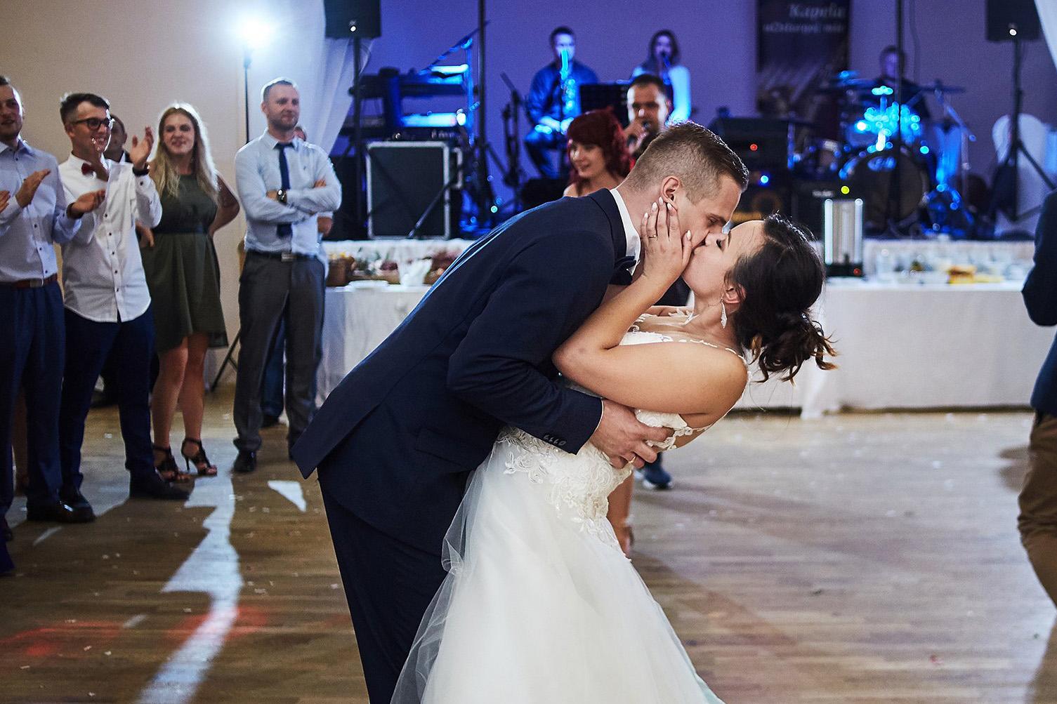 pocałunek, taniec weselny, panna młoda