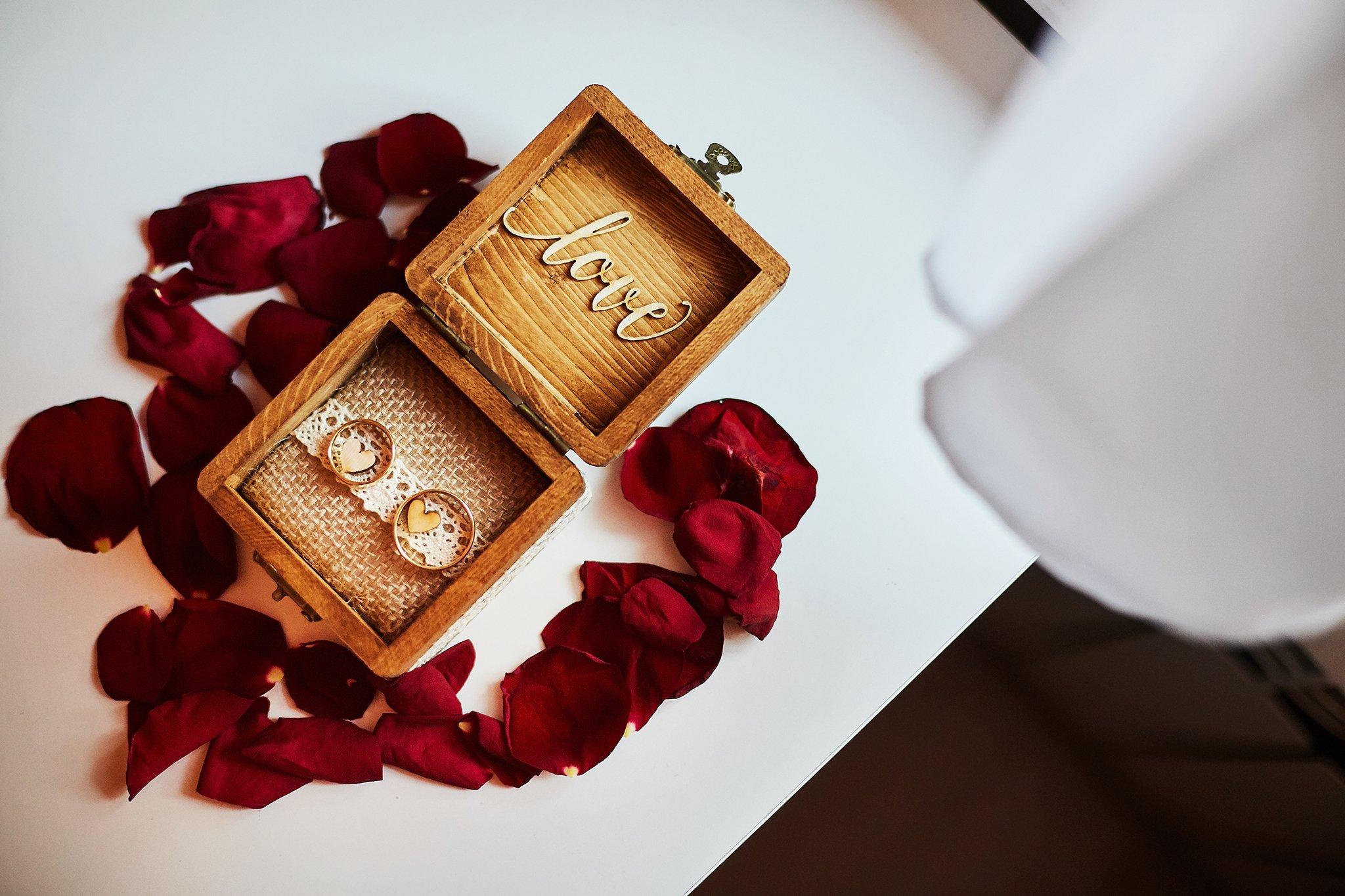 obrączki, róże, pudełko drewniane