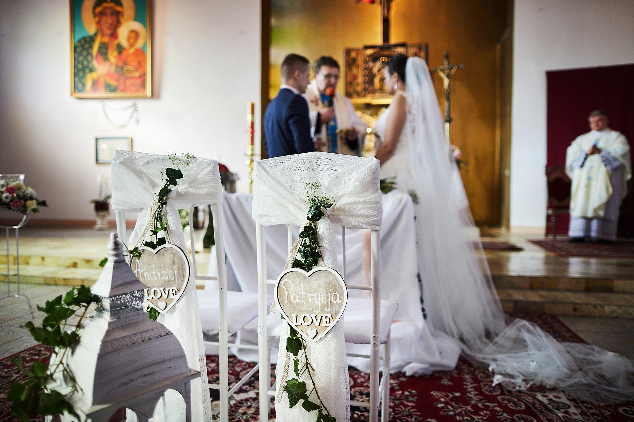 młoda para, Kościół, suknia ślubna