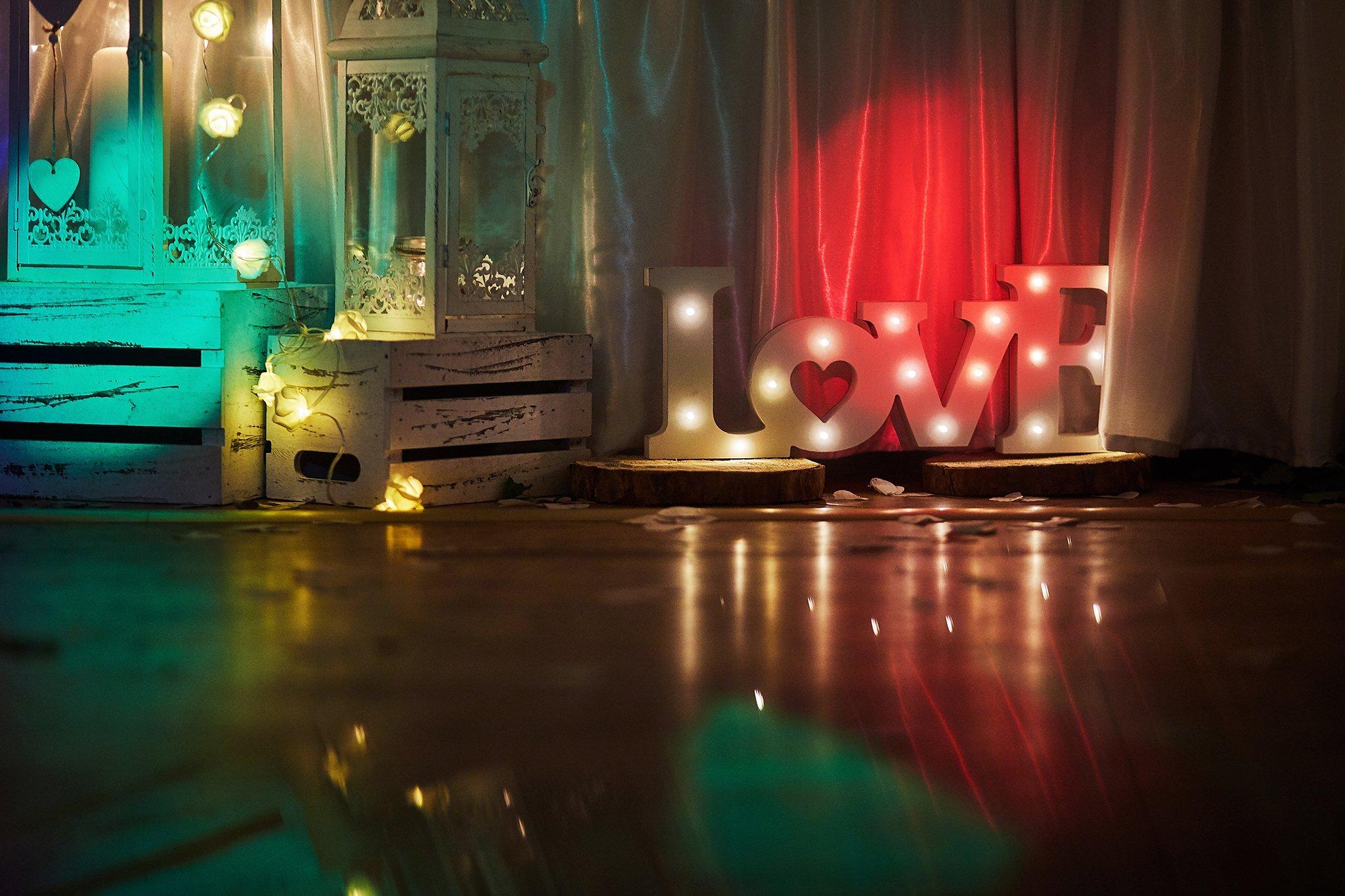 napis, światełka, dekoracja ślubna