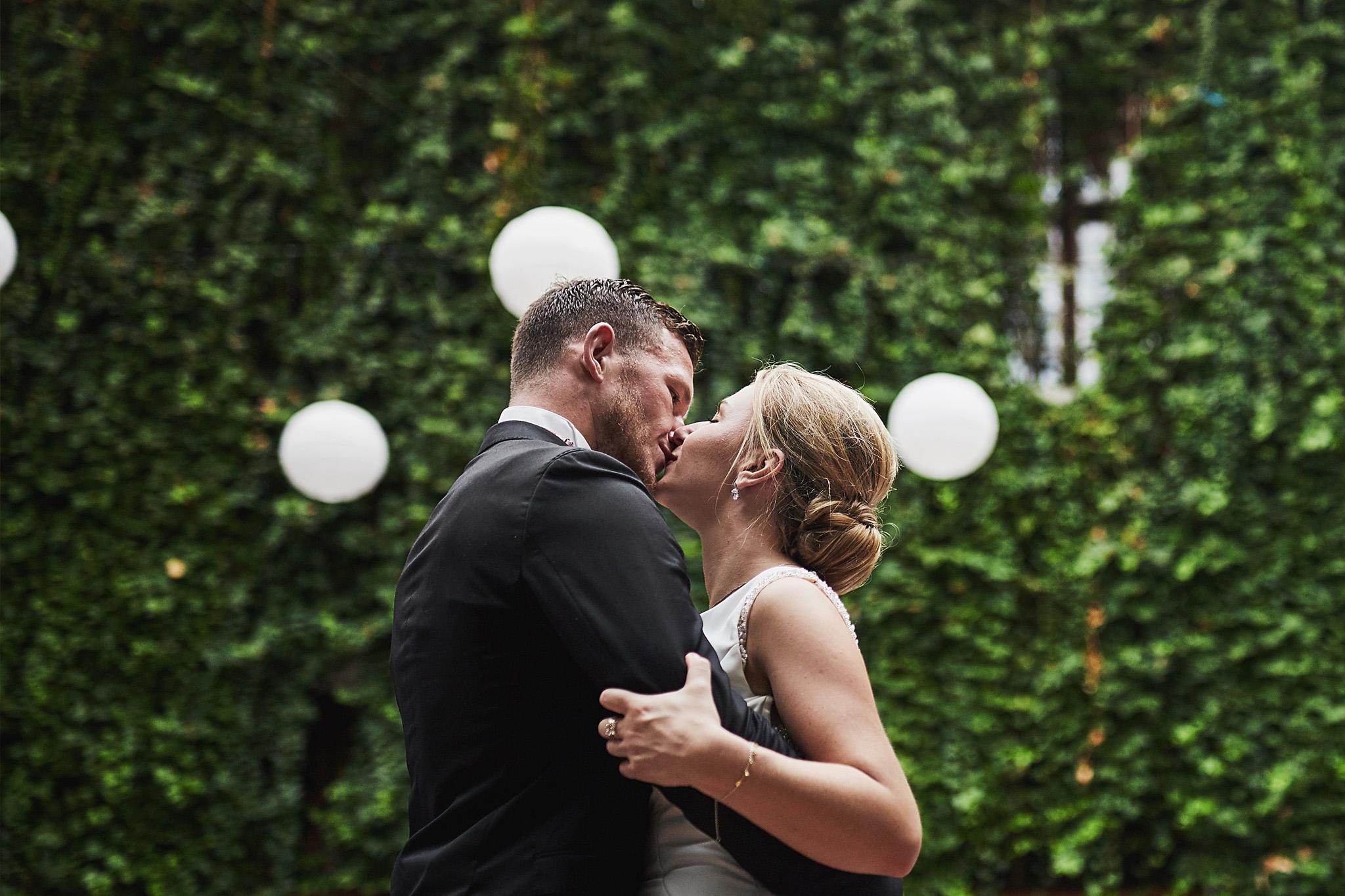 suknia ślubna, pocałunek