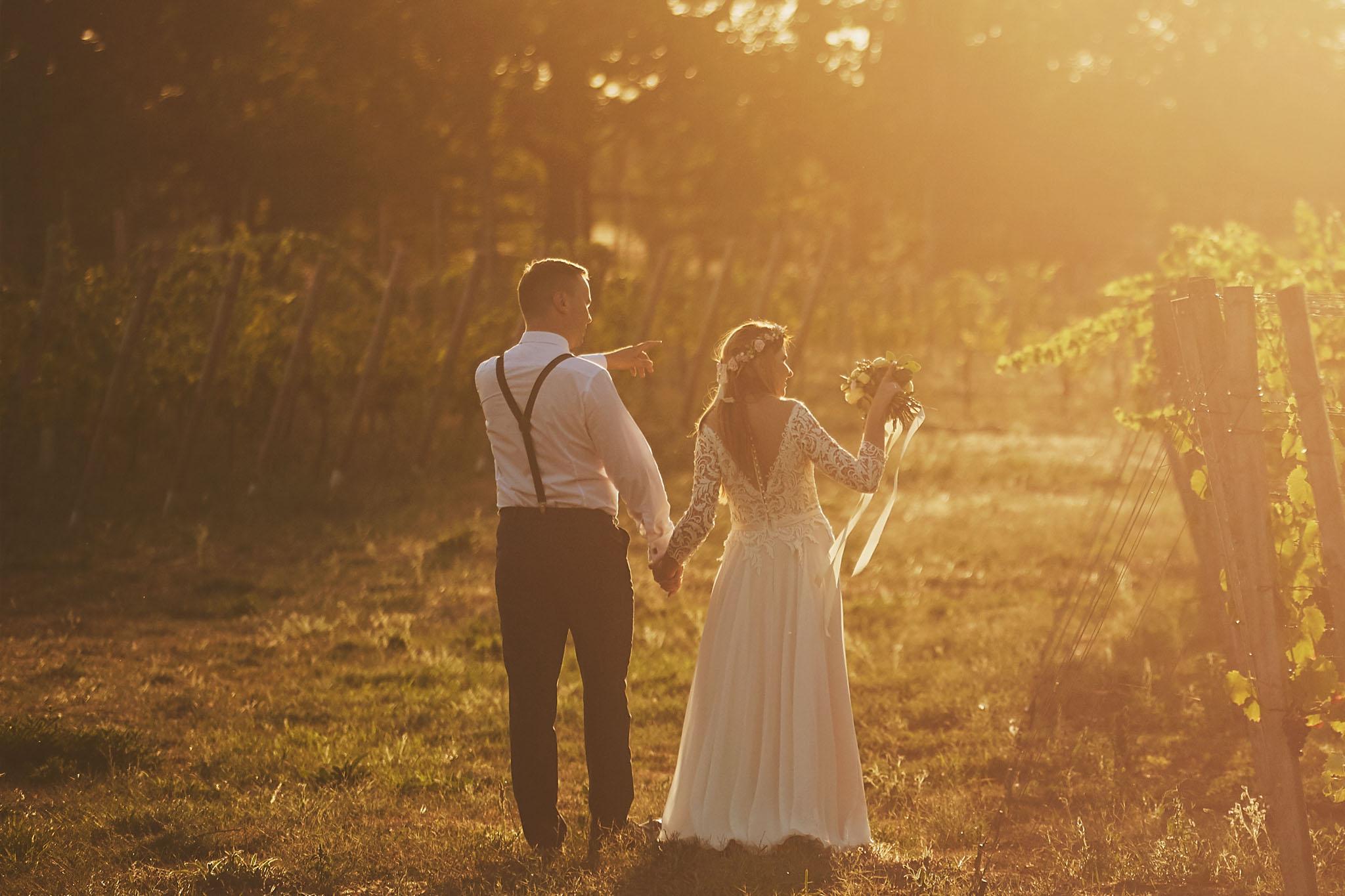panna młoda, suknia ślubna, bukiet