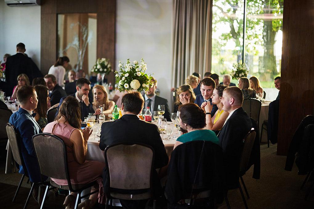 goście weselni, stół